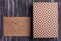 Enveloppe de papier d'emballage Enveloppe de lettre d'amour Fond en bois Une boîte de cadeau Cadeau avec la lettre Images libres de droits