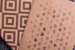Enveloppe de papier d'emballage Enveloppe de lettre d'amour Fond en bois Une boîte de cadeau Cadeau avec la lettre Image stock