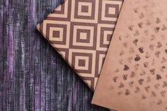 Enveloppe de papier d'emballage Enveloppe de lettre d'amour Fond en bois Une boîte de cadeau Cadeau avec la lettre Photographie stock