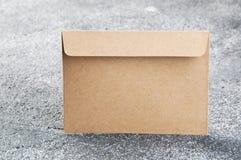 Enveloppe de Papier d'emballage sur le fond texturisé gris Photographie stock