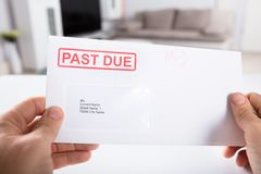 Enveloppe de Person Holding Past Due Bill photo stock