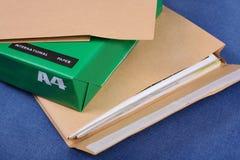 Enveloppe de poteau sur le paquet de papier image libre de droits