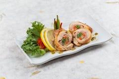 Enveloppe de poulet frit d'émoi avec la carotte l'oignon blanc et le radis ont servi avec le citron, la tomate et la laitue coupé Photos stock