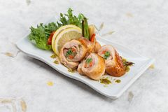 Enveloppe de poulet frit d'émoi avec la carotte l'oignon blanc et le radis ont servi avec le citron, la tomate et la laitue coupé Photo libre de droits