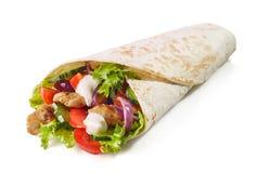 Enveloppe de tortilla avec de la viande et des légumes de poulet frit photos stock
