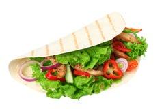 Enveloppe de tortilla avec de la viande et des légumes de poulet frit d'isolement sur le fond blanc Aliments de préparation rapid image libre de droits