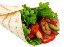 Enveloppe de tortilla avec de la viande et des légumes de poulet frit d'isolement sur le fond blanc Aliments de préparation rapid photo stock