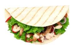 Enveloppe de tortilla avec de la viande et des l?gumes de poulet frit d'isolement sur le fond blanc Aliments de pr?paration rapid image libre de droits