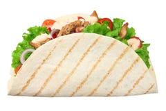 Enveloppe de tortilla avec de la viande et des l?gumes de poulet frit d'isolement sur le fond blanc Aliments de pr?paration rapid images libres de droits