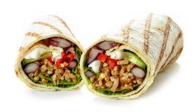 Enveloppe de tortilla avec de la viande hachée et les légumes frits image libre de droits