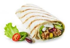 Enveloppe de tortilla avec de la viande hachée et les légumes frits images stock