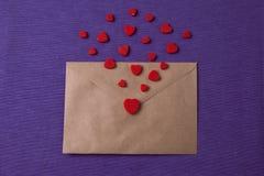Enveloppe de vintage avec des formes de coeur Concept heureux de jour du ` s de Valentine Photo stock