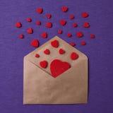 Enveloppe de vintage avec des formes de coeur Concept heureux de jour du ` s de Valentine Photographie stock libre de droits