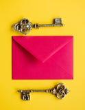 Enveloppe et clés de Noël Image stock