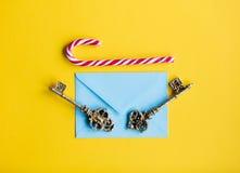 Enveloppe et clés de Noël Photos stock