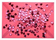 Enveloppe et confettis rouges Photos libres de droits