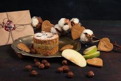 Enveloppe et gâteau aux pommes sur le fond en bois Photographie stock