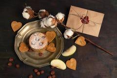 Enveloppe et gâteau aux pommes sur le fond en bois Photo stock