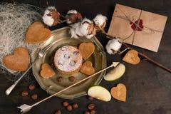 Enveloppe et gâteau aux pommes sur le fond en bois Photos stock