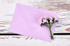 Enveloppe et groupe de fleurs Images stock