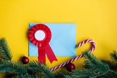 Enveloppe et récompense bleues de Noël Image libre de droits