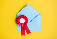 Enveloppe et récompense bleues de Noël Image stock