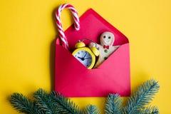 Enveloppe et récompense rouges de Noël Photo stock