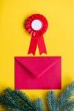 Enveloppe et récompense rouges de Noël Photographie stock