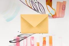 Enveloppe fermée et peinture lumineuse d'aquarelle avec les éléments floraux et abstraits Photos libres de droits