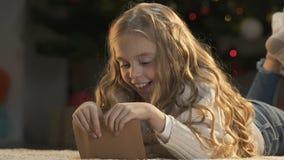 Enveloppe heureuse de fermeture de fille avec la lettre secrète à Santa Claus, enfance, magie clips vidéos