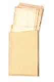 Enveloppe jaune avec de vieilles feuilles de papier photographie stock libre de droits
