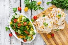 Enveloppe mexicaine de Quesadilla avec le poulet, le maïs et la salade de poivron et fraîche douce photo libre de droits