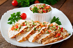 Enveloppe mexicaine de Quesadilla avec le poulet, le maïs et le poivron doux Photo stock