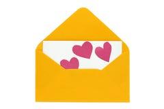 Enveloppe orange de lettre d'amour avec les coeurs de papier sur la carte vierge Photos libres de droits