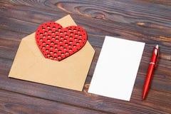 Enveloppe ou lettre, coeurs rouges et notes Note de jour de valentines avec le copyspace Concept de Saint Valentin avec le copysp Images libres de droits