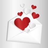 Enveloppe ouverte avec des coeurs volant  Photographie stock