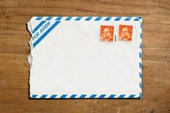 Enveloppe ouverte de la poste aérienne. Photographie stock