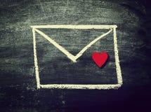 Enveloppe peinte avec le coeur rouge sur un tableau Vue supérieure Amour ; Images libres de droits