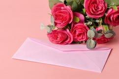 Enveloppe rose Images stock