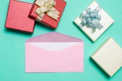 Enveloppe rose avec la carte et le boîte-cadeau blancs vides Image libre de droits