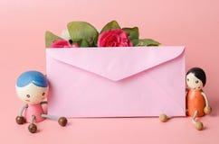 Enveloppe rose avec la poupée de couples Image libre de droits