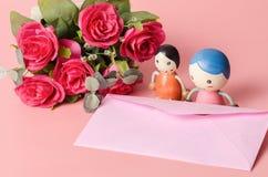 Enveloppe rose avec la poupée de couples Photos stock