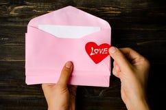 Enveloppe rose avec le coeur rouge Photos libres de droits