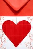 Enveloppe rouge avec l'invitation de mariage Photographie stock libre de droits