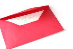 Enveloppe rouge avec la salutation de Joyeux Noël Photo stock