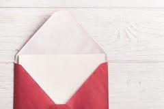 Enveloppe rouge avec le papier vide Photographie stock