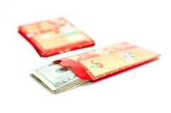 Enveloppe rouge chinoise d'an neuf avec de l'argent Photo stock