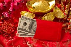 Enveloppe rouge chinoise de nouvelle année avec des dollars à l'intérieur photo stock