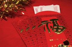 Enveloppe rouge dans le festival chinois de nouvelle année sur le fond rouge Image libre de droits