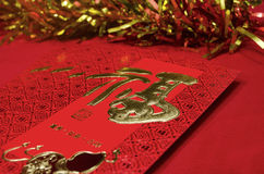 Enveloppe rouge dans le festival chinois de nouvelle année sur le fond rouge Photographie stock libre de droits